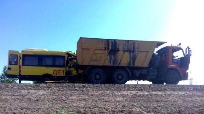 Под Астраханью микроавтобус свыпускницами врезался в«КамАЗ»