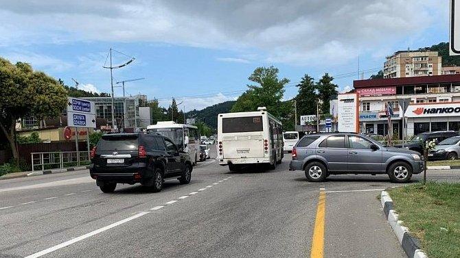 ВСочи автобус выехал навстречную полосу— вДТП пострадали дети