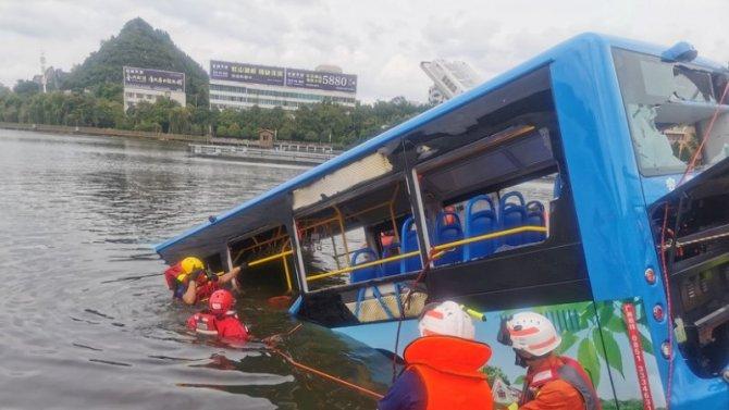 В Китае автобус со школьниками упал в водохранилище – погиб 21 человек
