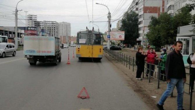 В Омске троллейбус насмерть сбил женщину