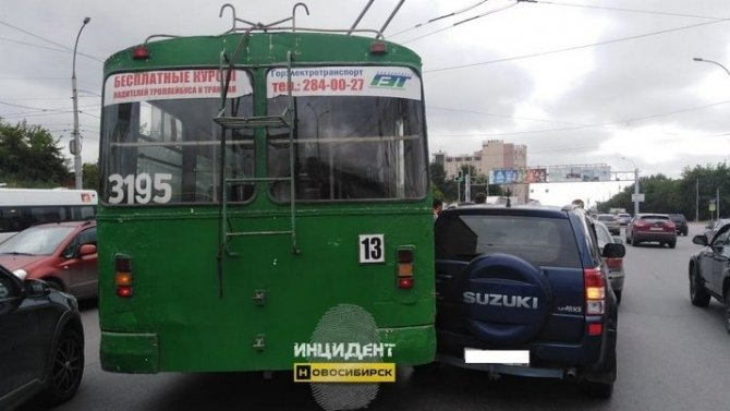 ВНовосибирске троллейбус врезался вавтомобиль, который ждал ГИБДД после аварии