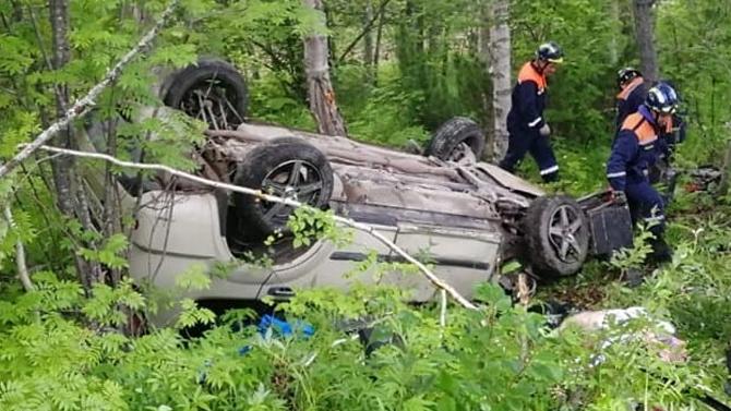 Водитель выпал изавтомобиля вовремя ДТП ибыл насмерть придавлен своейже машиной
