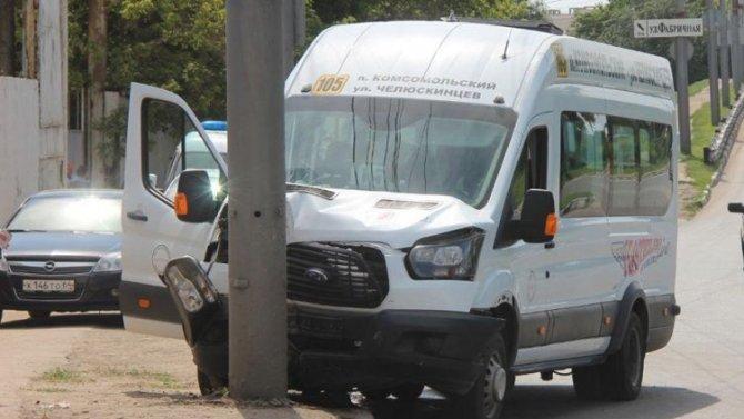 В Саратове маршрутка врезалась в столб - водителю стало плохо из-за жары
