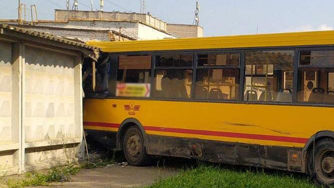 ВИжевске пьяный водитель автобуса протаранил бетонный забор