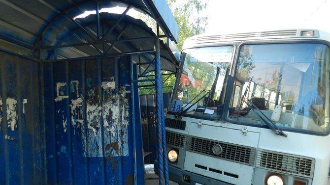 В Шуе автобус врезался в остановку – пострадала женщина