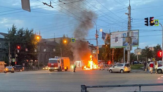 Появилось видео сместа ДТП вНовосибирске, где сгорела машина «Яндекс.Такси», аводителя спасли очевидцы
