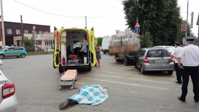 В Томске грузовик сбил трех пешеходов – погиб 18-летний юноша