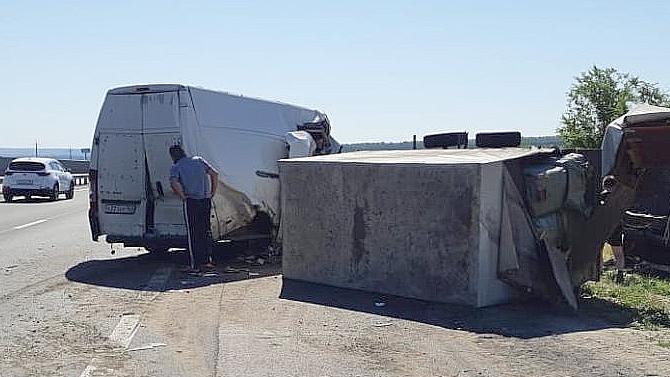 Под Самарой микроавтобус врезался вприпаркованный грузовик— двое погибших, включая 9-летнего ребёнка