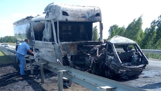Грузовик илегковушка сгорели вКурганской области— два молодых человека погибли