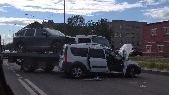 В ДТП с эвакуатором в Колпинском районе погиб водитель