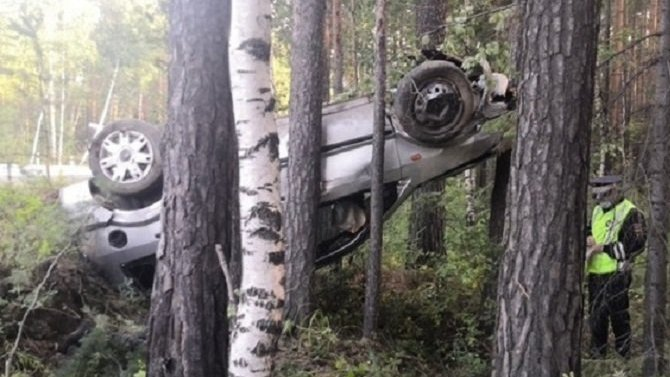 В Свердловской области при опрокидывании машины водитель вылетел из салона и погиб