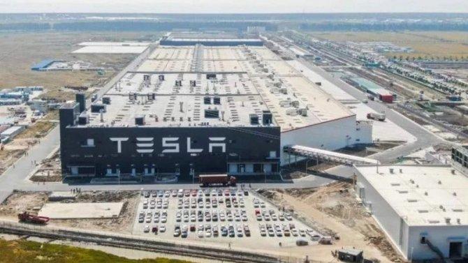 Фирма Tesla приостановит работу своего главного завода