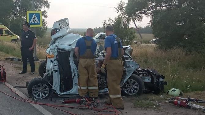 ВПодмосковье машину такси «сложило» между фурой и«ГАЗелью»— 3 человека погибло