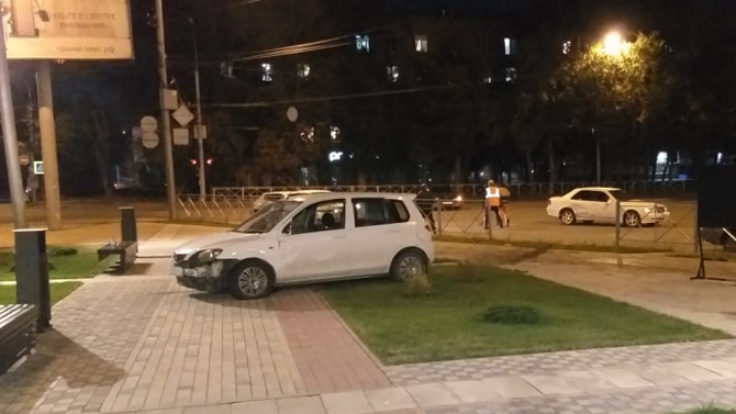 ВНовосибирске пьяный водитель пробил ограду сквера исбил двоих людей