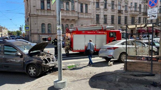 В Петербурге два автомобиля после столкновения врезались в дом и сбили пешехода