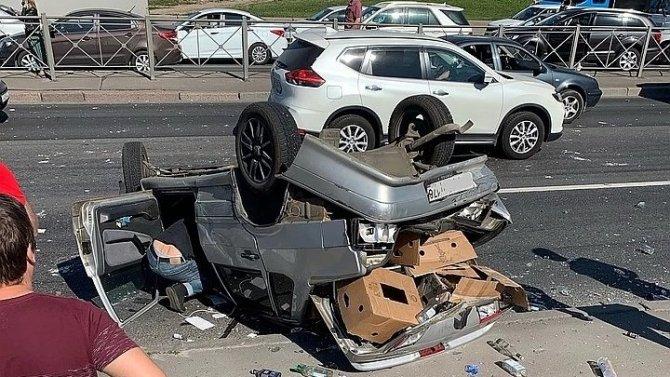 В Петербурге на Славы произошло массовое ДТП с перевертышем