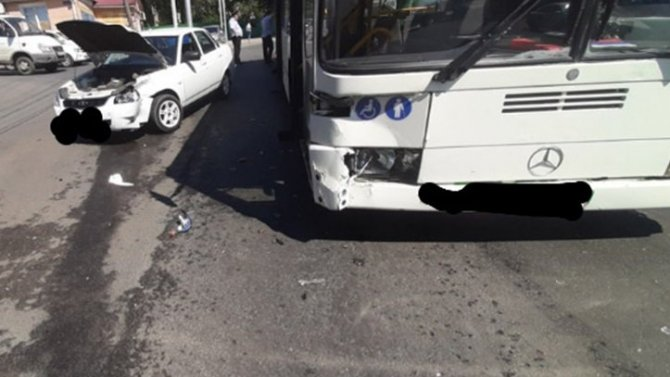 В ДТП с автобусом в Саратове пострадала женщина