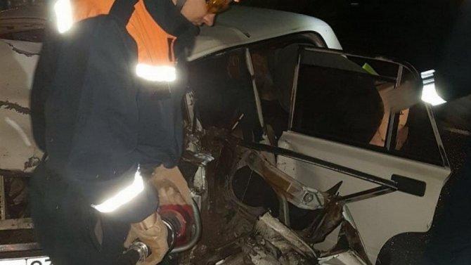 НаКамчатке спасателям пришлось извлекать выжившего водителя изсильно покорёженного автомобиля
