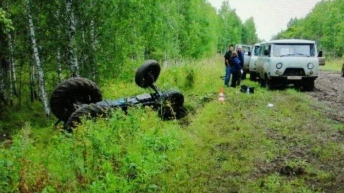 Под Омском при опрокидывании трактора погибли два человека