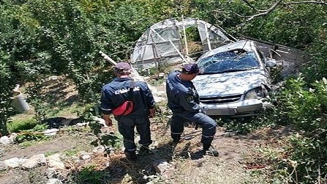 ВКрыму состены высотой более пяти метров сорвался автомобиль— люди выжили