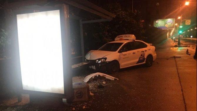 Такси врезалось в остановку на Васильевском острове