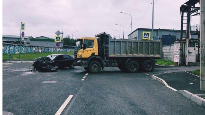 В ДТП на юге Петербурга серьезно пострадал водитель иномарки