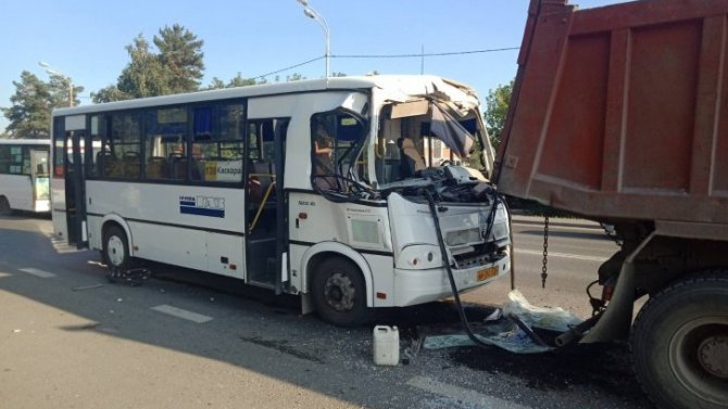 В Тюмени автобус врезался в грузовик и фургон – пострадали четверо