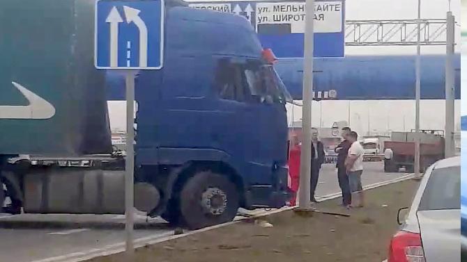ВТюмени водитель фуры спопутчиком распивали алкоголь: пассажир вылетел сквозь лобовое стекло