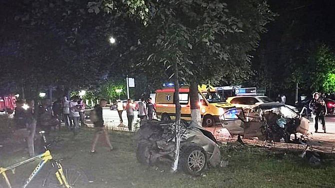ВТомске девушка без стажа вождения чудом выжила после столкновения состолбом идеревом
