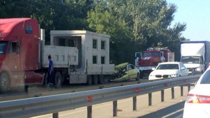 Под Краснодаром легковушка влетела под грузовик – водитель погиб
