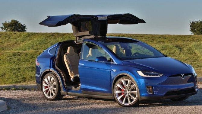 У Tesla Model X «срывает крышу»