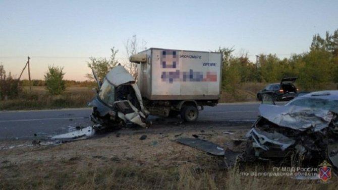 Два человека погибли в ДТП с грузовиком в Жирновском районе Волгоградской области