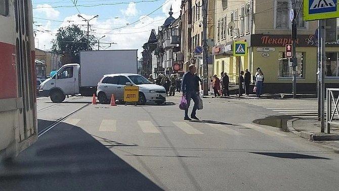 В Самаре автомобиль насмерть сбил женщину на тротуаре