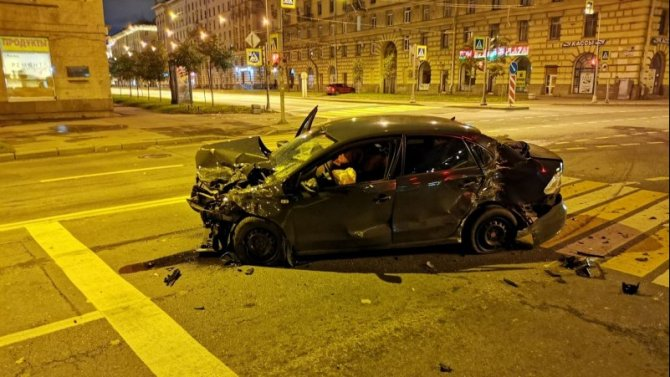 Два человека пострадали в ночном ДТП на Стачек