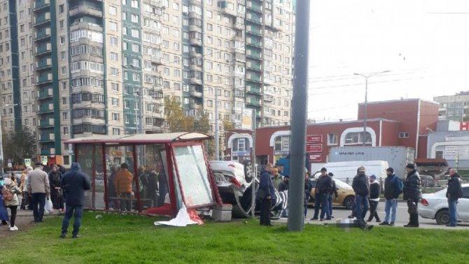 В Петербурге иномарка влетела в остановку с людьми