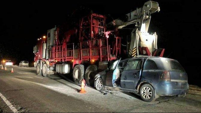 В Югре легковушка на скользкой дороге влетела под грузовик – воитель погиб