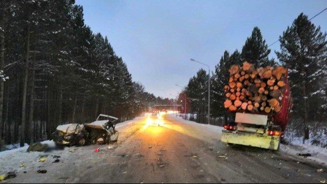 В ДТП с лесовозом в Томской области погиб человек