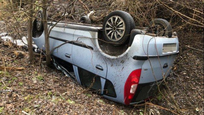 Женщина пострадала при опрокидывании машины в Тверской области