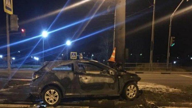 Под Ярославлем иномарка врезалась в столб – пострадал водитель