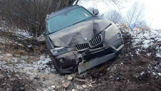 8-летняя девочка пострадала при опрокидывании BMW в Новгородской области