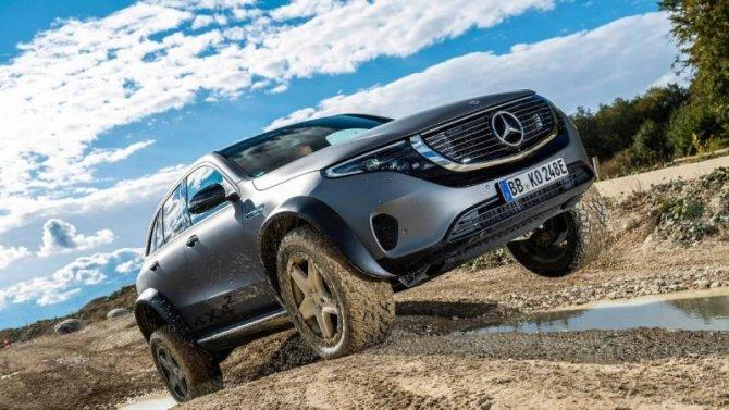 Концептуальный внедорожник Mercedes-Benz EQC творит чудеса проходимости