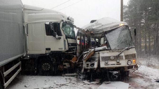 В Ленобласти в ДТП с автобусом и грузовиком один человек погиб, 12 пострадали