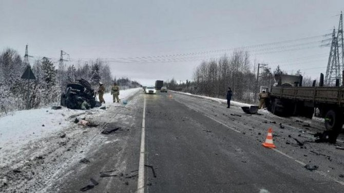 Два человека погибли в ДТП с грузовиком в ХМАО