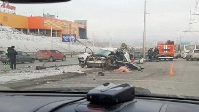 В Уфе такси врезалось в столб – водитель погиб