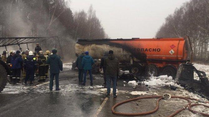 Под Суздалем врезультате ДТП сгорел большегруз снадписью «Огнеопасно»