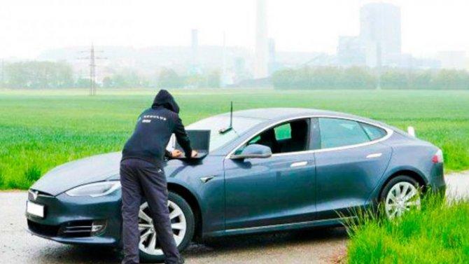 Хакеры опять взломали электромобиль Tesla