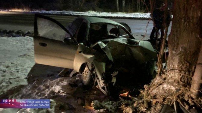 В Ивановской области иномарка врезалась в дерево – погибли двое
