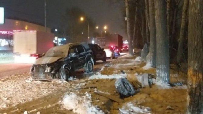 В Новосибирске Ford врезался в дерево – водитель погиб