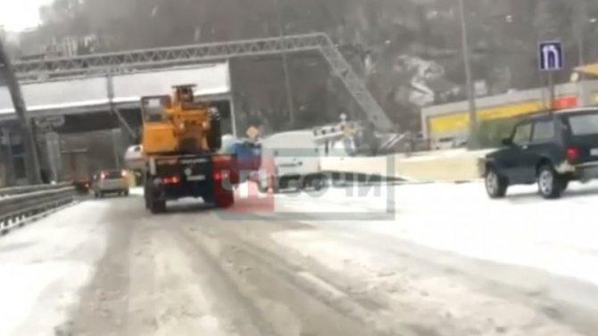 Бензовоз протаранил дорожные ограждения вСочи