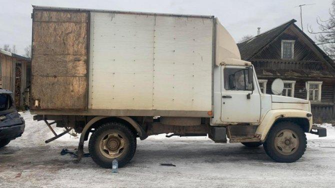 Женщину насмерть придавило машиной в Новгородской области